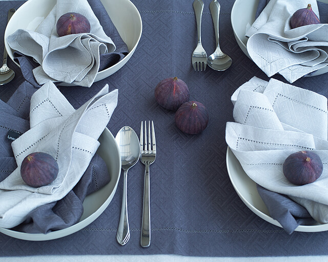 dark-blue-linen-tablecloth-white-napkins